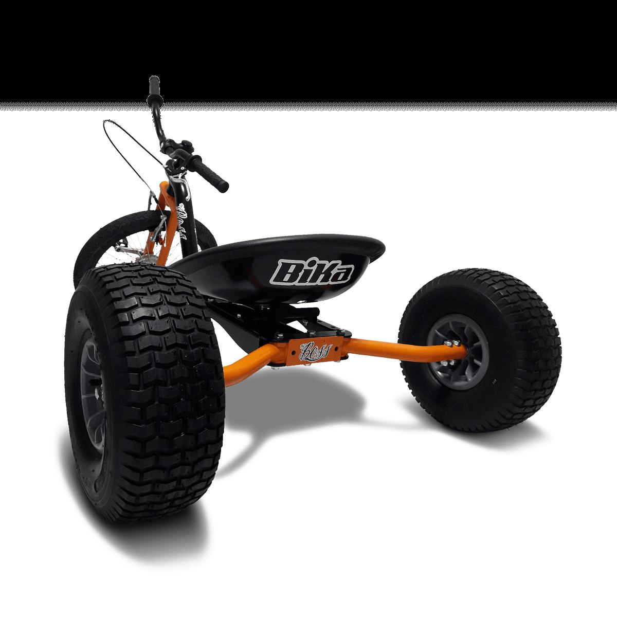 """Bika: I Drift Trikes (letteralmente """"tricili da derapata"""") sono mezzi a tre ruote nei quali il pilota si trova seduto in posizione molto ribassata per favorire la massima stabilità quando il veicolo si trova in controsterzo"""